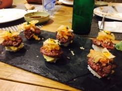 Nigiri- hamburguesa de wagyu, rocoto y azul