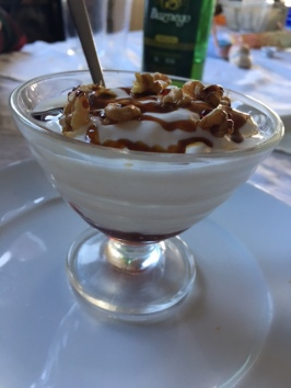 Yogur con nueces, miel y mermelada