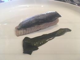 Ventresca de bonito a la brasa con piel de sardina