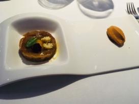 Steak tartar de bonito, foie y vegetales