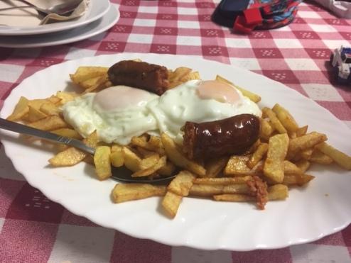 Huevo con patatas y chorizo